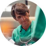 Dr. Ulrich Volz während der Behandlung
